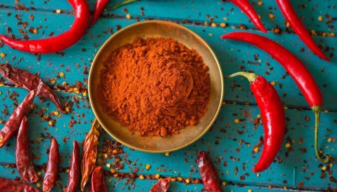 Kā pagatavot čili pulveri no tikai divām sastāvdaļām?