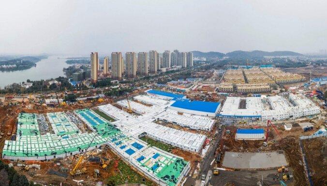 Foto: Kā ķīnieši Uhaņā desmit dienās milzu slimnīcu uzbūvēja