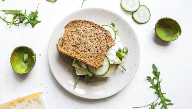 Sviestmaize ar biezpienu, sieru, gurķiem un avokado