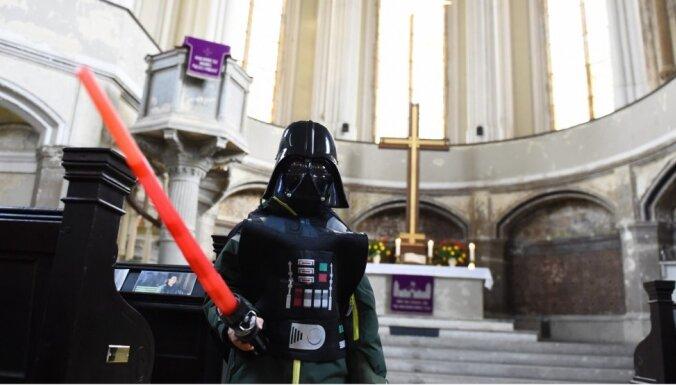 Foto: Berlīnes baznīcā noticis dievkalpojums par 'Zvaigžņu karu' tēmu