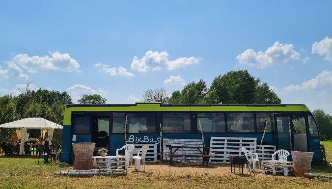 ФОТО. Переночевать в автобусе: в Латгалии появилось новое место для отдыха