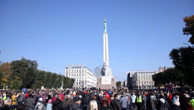 На акцию протеста возле памятника Свободы собрались более 500 человек