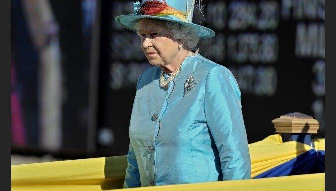 Lielbritānijas karalieni Īrijā sagaida ar demonstrācijām un alu