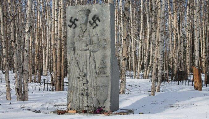 Krievijā apgānīts Staļina režīma represijās bojā gājušo Latvijas pilsoņu piemineklis