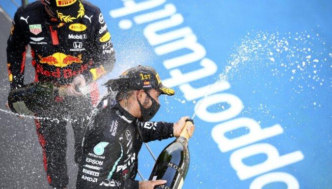 Hamiltons uzvar Barselonā un kļūst par pjedestāliem bagātāko F-1 pilotu
