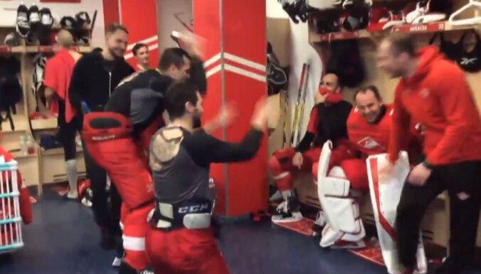 Video: Karsums un Daugaviņš pēc 'sausās' spēles godina savu vārtsargu