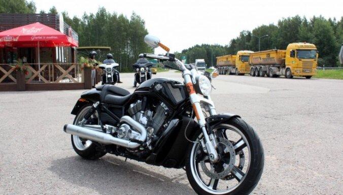 Rīgā 'Harley Davidson' motocikls saskrienas ar vieglo automašīnu