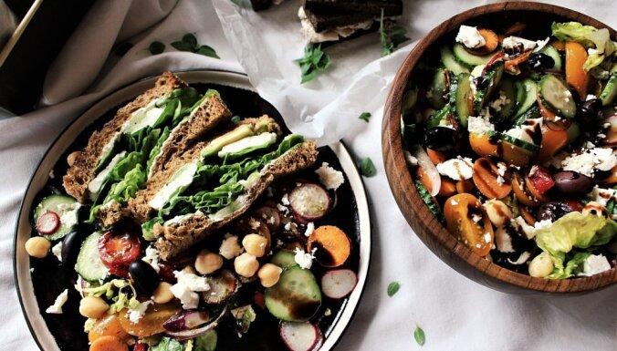 Svaigie salāti ar turku zirņiem un pesto