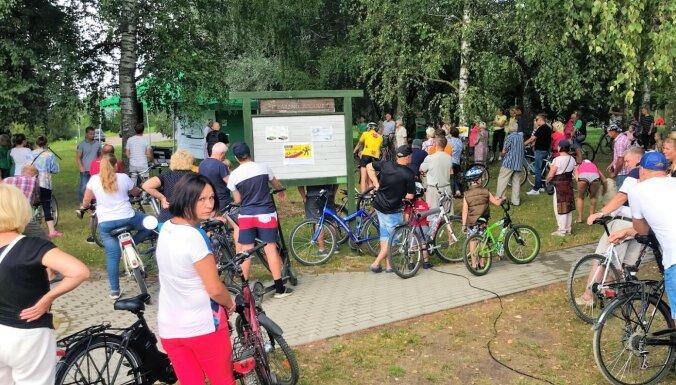 Foto: Velopikets 'Neļausim nozagt veloceliņu!' Dārziņos pulcē ap 100 cilvēku