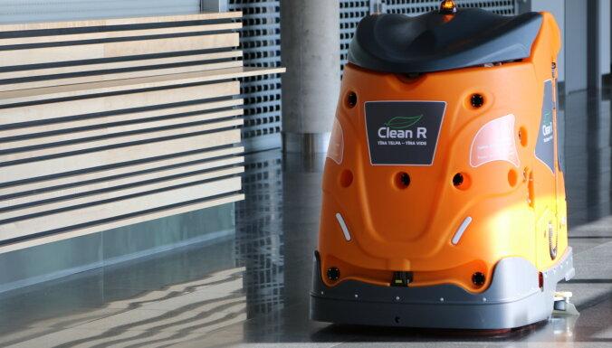 """ВИДЕО: Помещения в аэропорту """"Рига"""" чистят и убирают специальные роботы"""