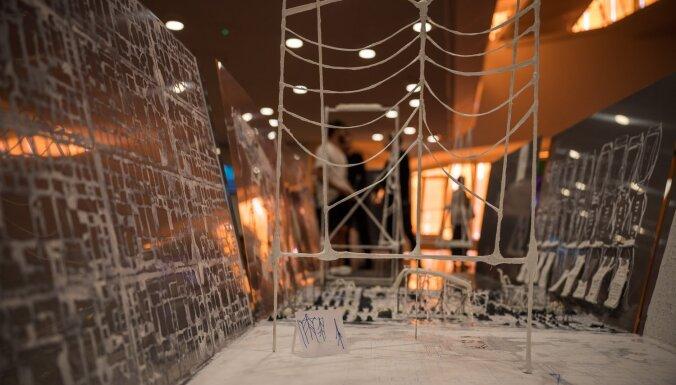 Foto: 'Lielajā dzintarā' atklāta laikmetīgās mākslas izstāde 'Kāds sakars'