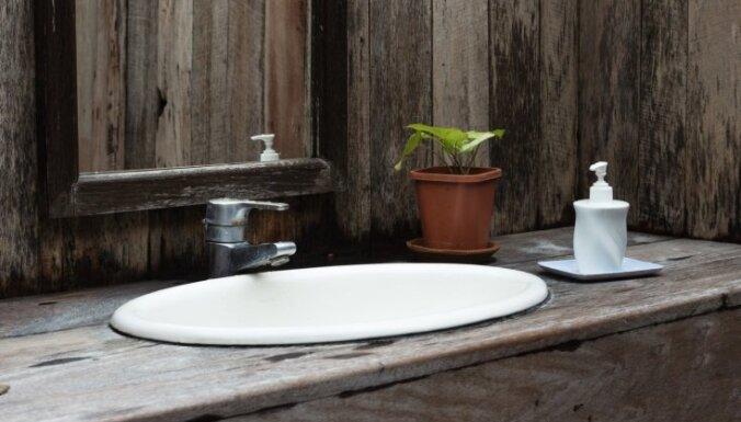 Dabīgā koka pieskāriens vannasistabā
