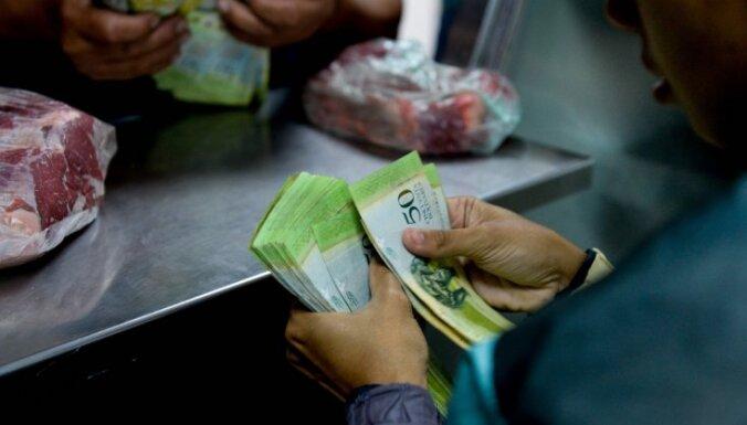 Tirgotāji Venecuēlā pārstāj skaitīt bolivārus un naudu vienkārši sver