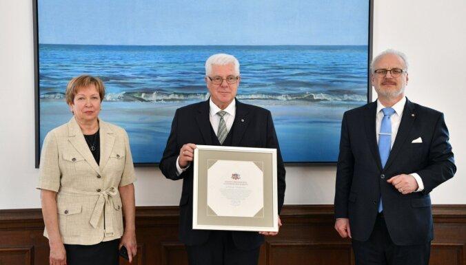 Foto: Levits ilggadējam LOK prezidentam Vrubļevskim pasniedz Cildinājuma rakstu