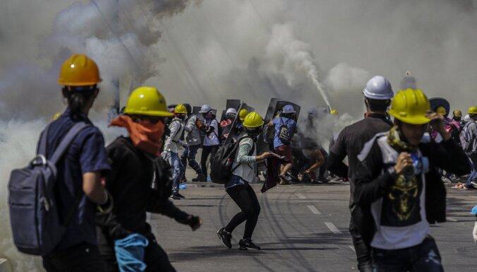 Protestētāji Mjanmā bloķē lielākos ceļus