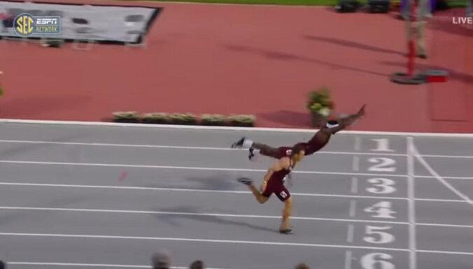 """ВИДЕО: Легкоатлет выиграл забег """"прыжком супермена"""" на финишной прямой"""