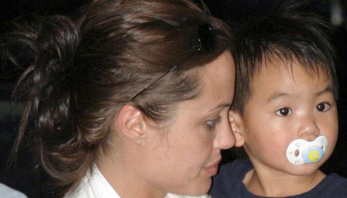Apšauba Andželīnas Džolijas vecākā dēla adopcijas likumību