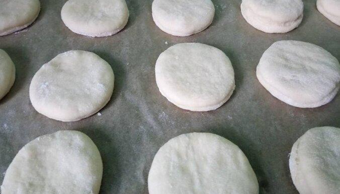 Foto recepte: Rauga mīklas pončiki ar ievārījuma pildījumu