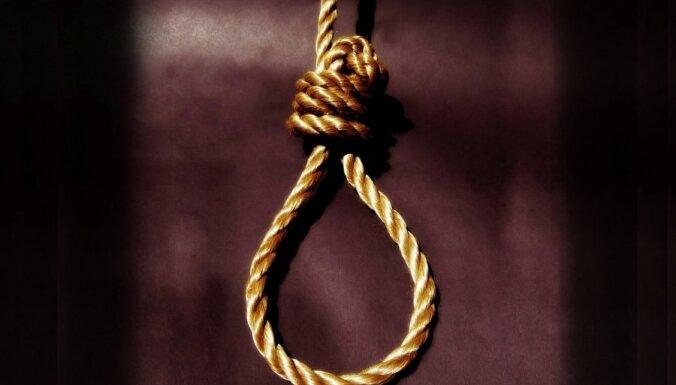 Izbeidz procesu par meitenītes izvarošanas lietā apcietinātā pašnāvību