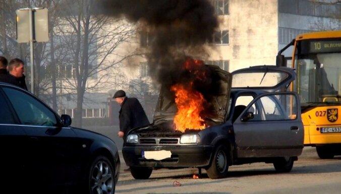 Video: Rēzeknē ceturtdien uzliesmo auto un tā dzēšana izgāžas