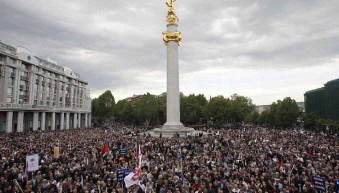 Gruzijā tūkstošiem protestētāju prasa Saakašvili atkāpšanos