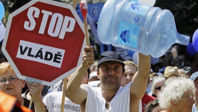 Čehijā desmitiem tūkstošu cilvēku protestē pret valdības plānotajām reformām