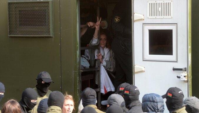 Minskā aizturētas vairāki desmiti sieviešu protesta gājiena dalībnieču