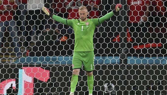 'Euro 2020': Anglija sodīta par Šmeihelam virsū spīdināto lāzeru un necieņu pret Dānijas himnu