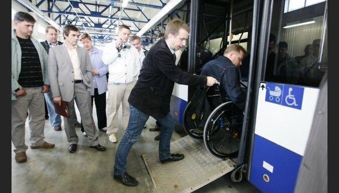 Nevar likt invalīdiem iegādāties transporta biļeti par pilnu maksu, uzskata LM