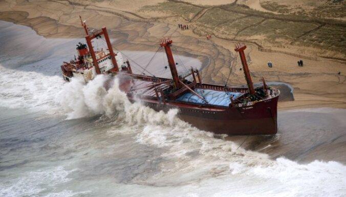 No sēklī uzskrējuša kuģa pie Francijas krastiem noplūdušas 60 tonnas degvielas