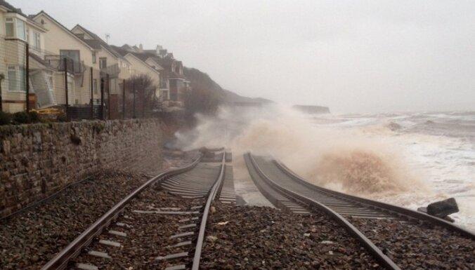 """В Британии шторм """"смыл"""" прибрежную железнодорожную станцию"""