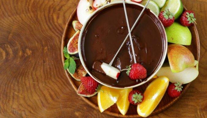 Šokolādes fondī ar augļiem