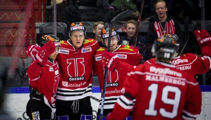 Ābolam divi vārti 'Orebro' komandas uzvarā Zviedrijas čempionāta spēlē; Freibergam trīs rezultatīvas piespēles Čehijā