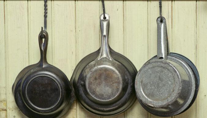 Мужчины отвлекли продавщицу, чтобы украсть сковородки и чайник