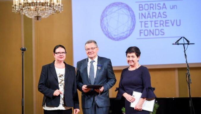 Profesors Artis Sīmanis saņem Borisa un Ināras Teterevu fonda goda zīmi