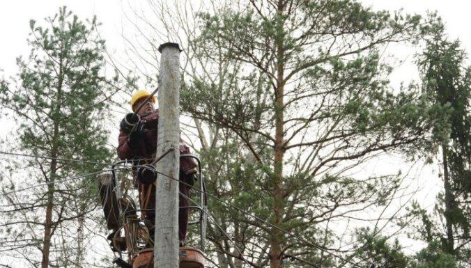 Negaiss bez elektrības atstāj 20 tūkstošus mājsaimniecību