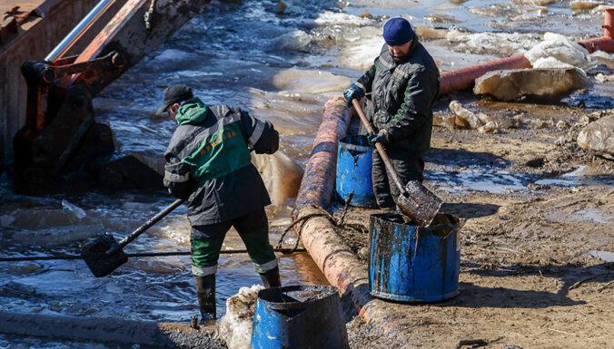 """""""Узлов учета нигде нет"""". Из нефтепровода в Коми вытекло сто тонн топлива"""