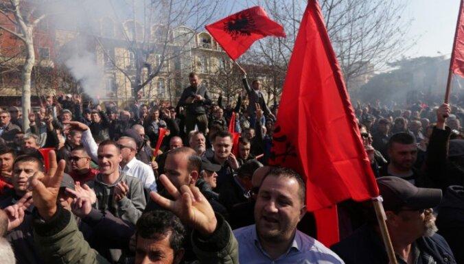 Foto: Albānijas opozīcijas atbalstītāji protestos pieprasa valdības demisiju