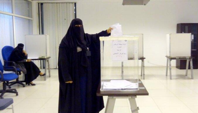 Vēlēšanās Saūda Arābijā sieviete pirmo reizi izcīna vietu pašvaldībā