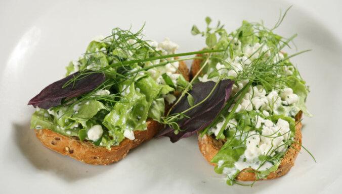 Pavasara brokastu maizītes ar mājas sieru un zaļumiem