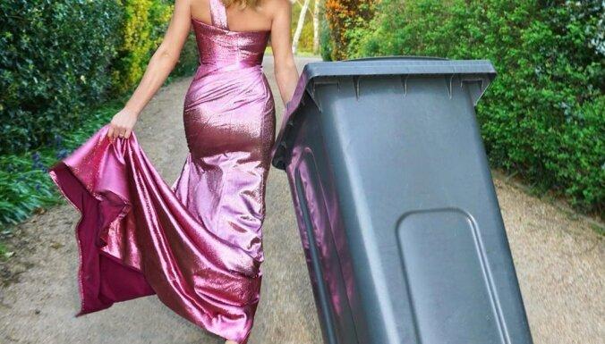 Jauns soctīklu trakums pandēmijas laikā: atkritumu izvešana balles kleitās