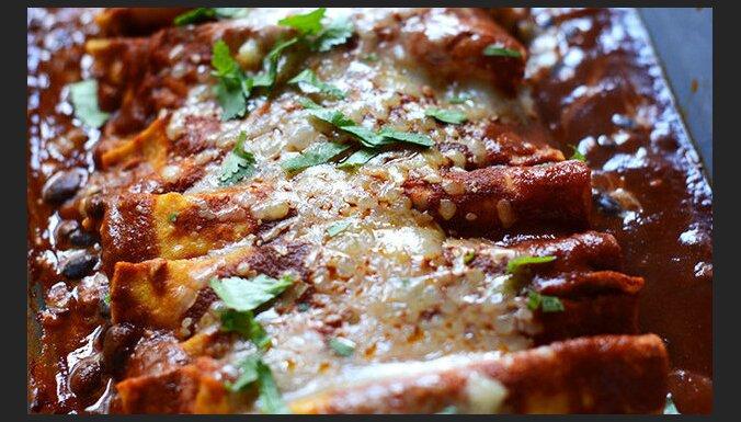 Мексиканское блюдо энчиладас с испанским сыром манчего, фасолью и перцем
