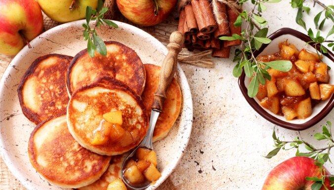 Bērnības kārums – ābolu pankūkas: 12 receptes mājīgai rudeņošanai