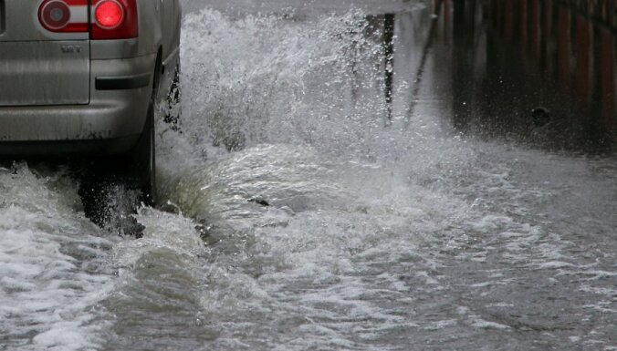 Ganību dambī plīsis ūdensvads; 15 māju iedzīvotāji tveicē paliek bez ūdens