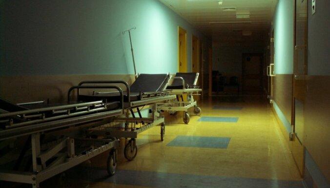 Mediķi: Stradiņos atrastais mirušais vīrietis izrakstīšanas brīdī spējis pārvietoties