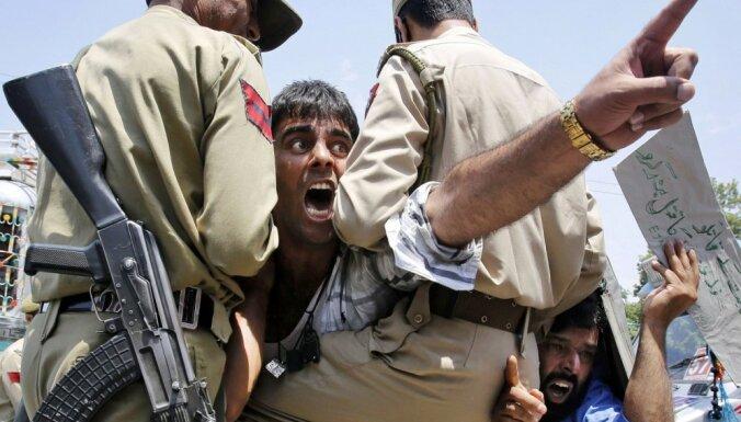 Десятки людей погибли на протестах в столице Индии