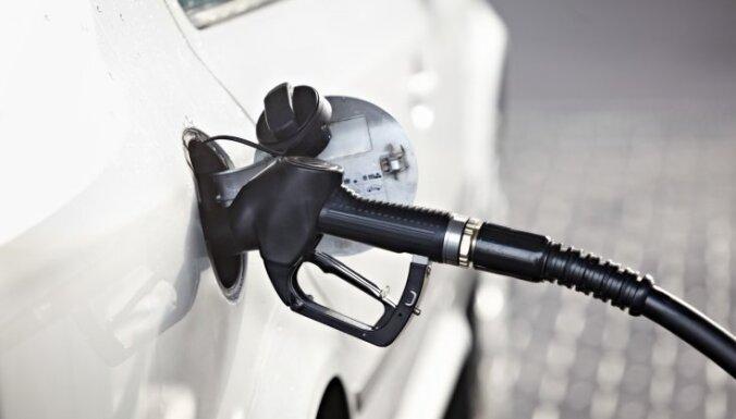 Baltijas valstu galvaspilsētās turpina sarukt benzīna cena