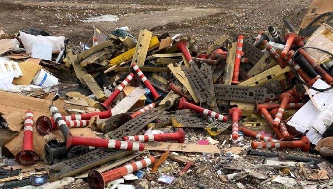 'Rīgas stabiņi' izgāztuvē, sašutuši iedzīvotāji; departamentā mierina – novāktie glabājas noliktavā