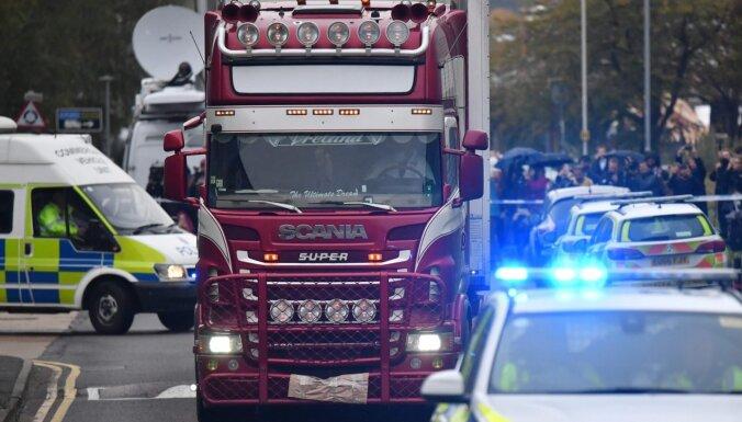 Lielbritānijā aizturēti vēl divi cilvēki saistībā ar kravas auto atrastajiem līķiem
