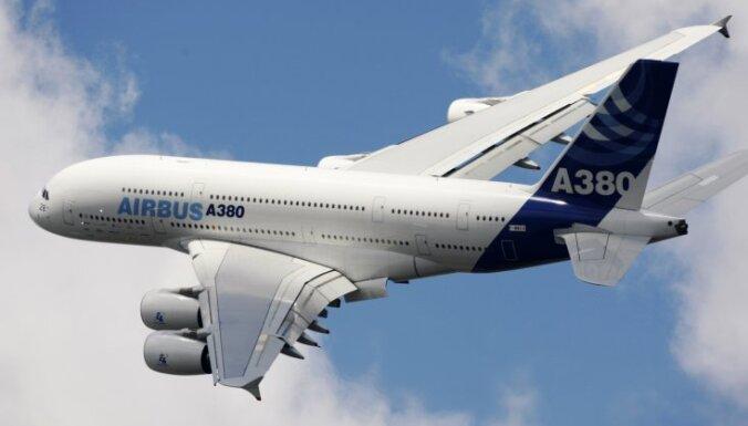 Pusaudzis ielavās lidmašīnā un no Ķīnas aizceļo uz Dubaiju ubagot